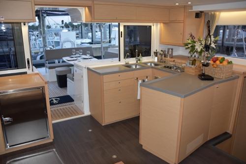 双体船厨房区域