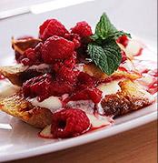 法国吐司与覆盆子和草莓