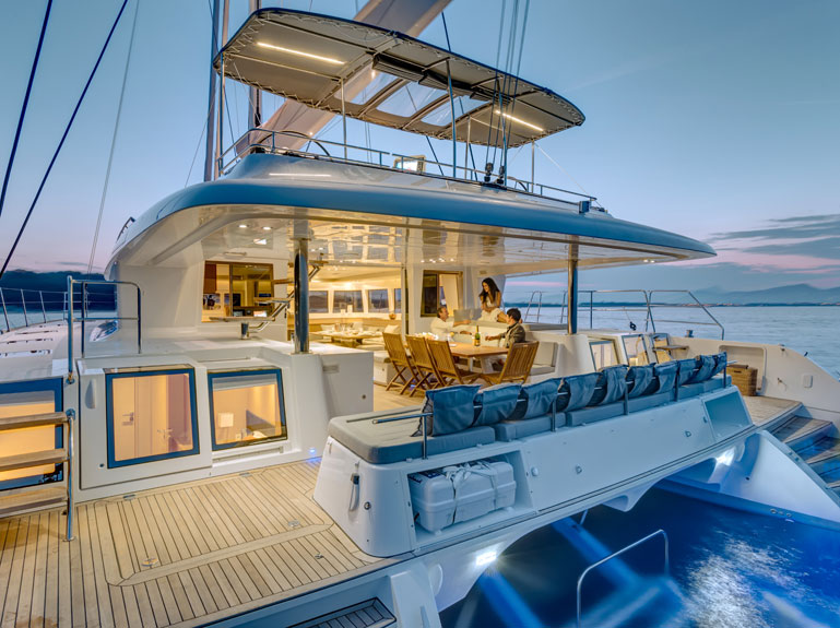顶部甲板的双体帆船